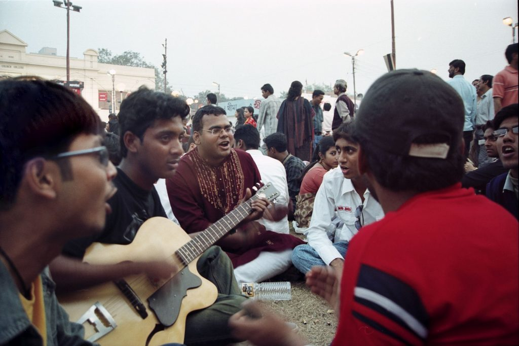 The musical chorus of the young group captivates the passing crowd of the KBF. It is a time-pass for those who do not necessarily flock on the ground to have a taste of known and unknown titles.